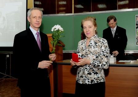 Тарарыкин С.В. вручает медаль Тихомировой Л.П.